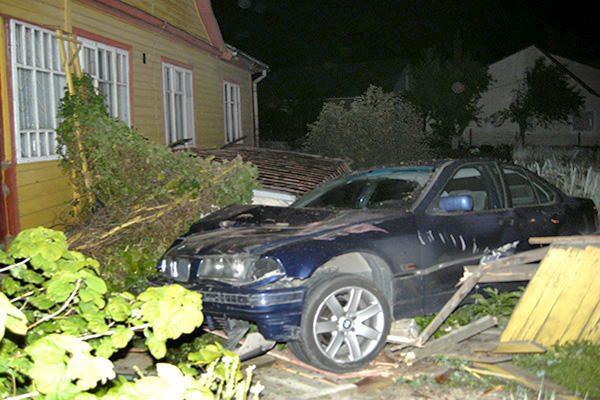 Sprukdamas nuo policijos BMW vairuotojas nuplėšė namo stogą