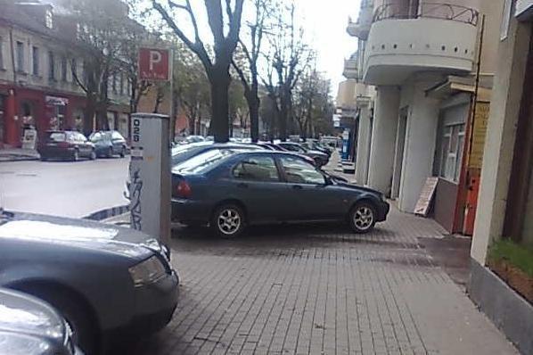 Per automobilius nėra vietos net praeiviams