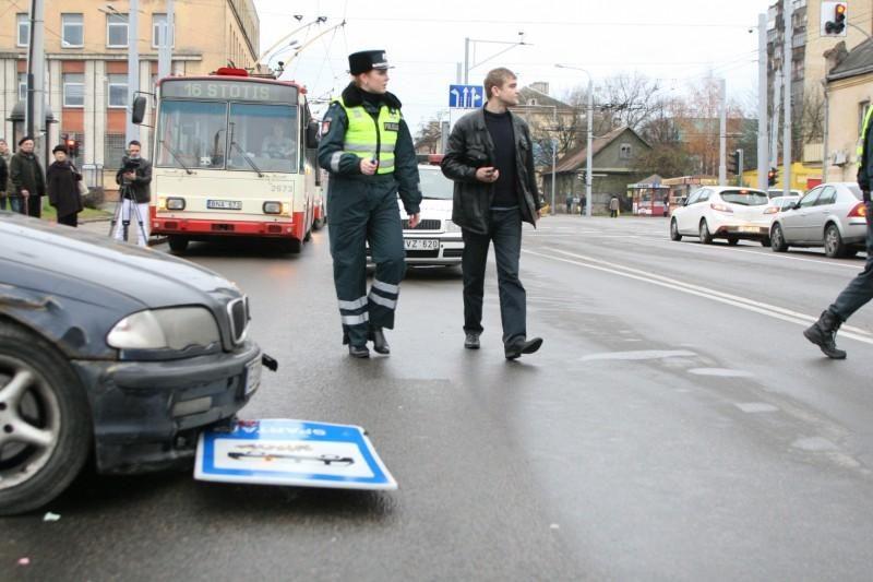Lėkdamas maždaug 120 km/val. greičiu BMW įlėkė į stotelę