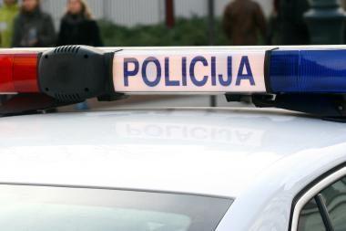 Sulaikomi latviai taranavo policijos automobilį