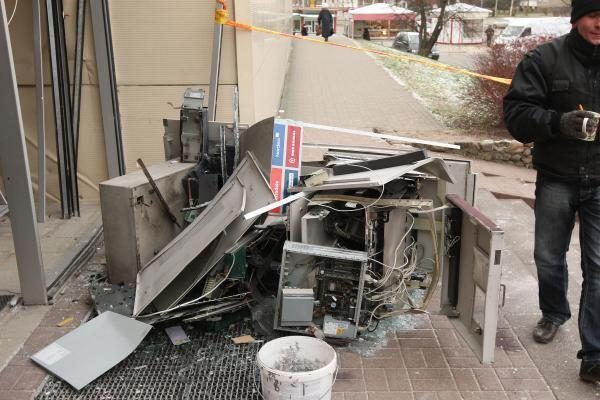 Policija nustatė naktį Kaune bankomatą susprogdinusius įtariamuosius (papildyta)