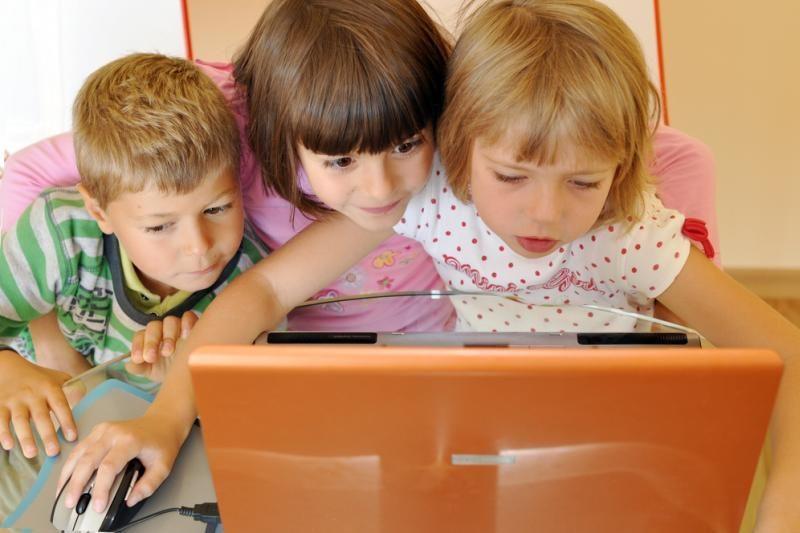 Vos dešimtadalis tėvų jaudinasi, su kuo vaikai bendrauja internete