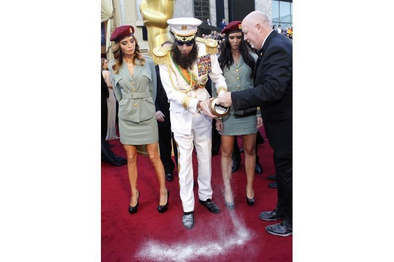 Sacha Baronas Cohenas apibėrė pelenais raudonąjį kilimą