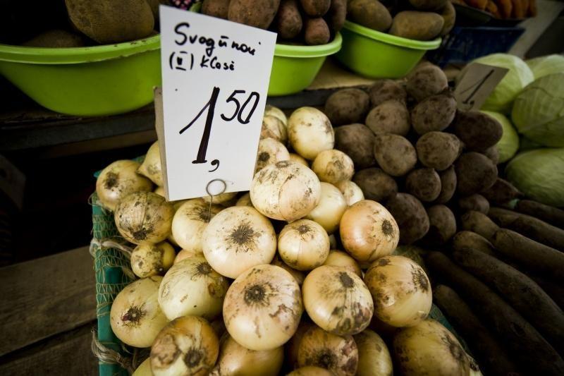 Turgaus prekystaliai lūžta nuo daržovių, bet trūksta pirkėjų