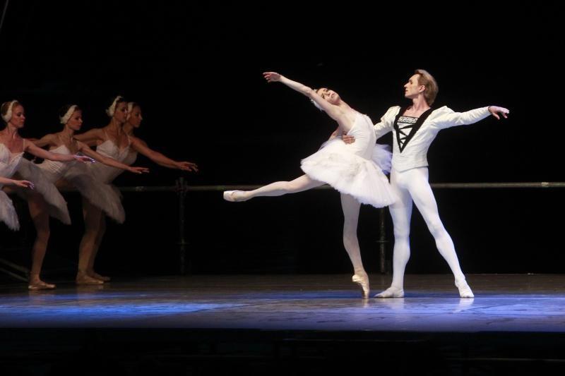 """""""Gulbių ežero"""" balerinos šoko Galvės ežere"""