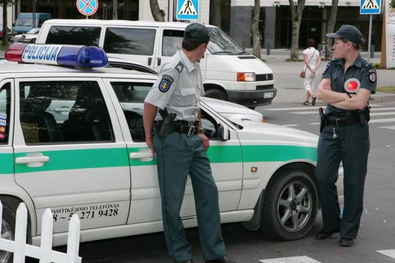 Už policijos pareigūnų papirkimą - baudos ir viešieji darbai