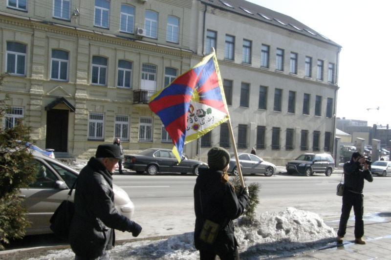 Prie Kinijos ambasados grupelė žmonių reikalavo laisvės Tibetui