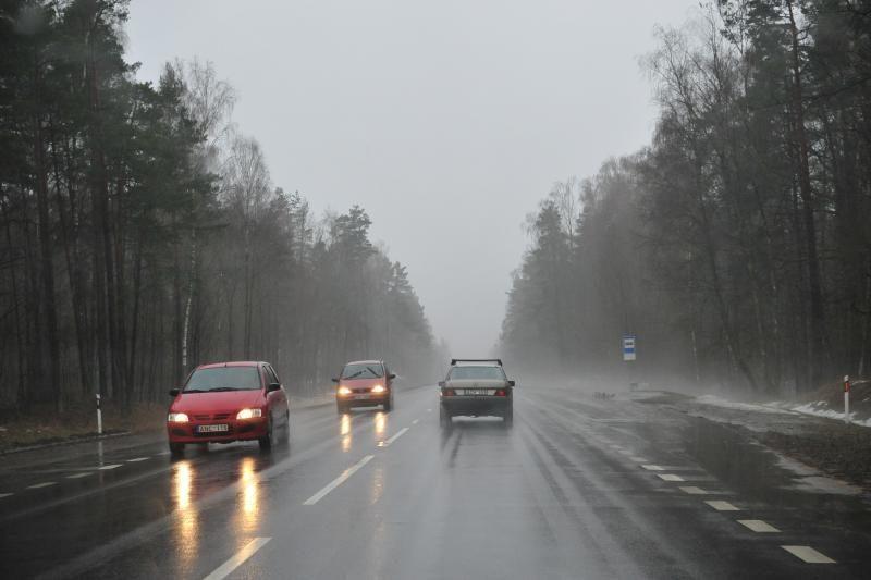 Vilniaus apskrityje ant kelių dangų susiformavęs plikledis