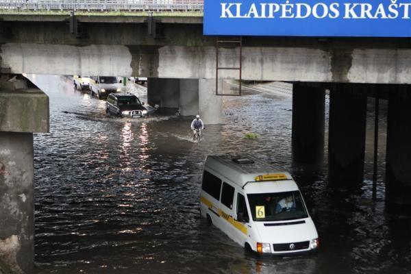 Liūtis Klaipėdoje: gatvės virto upėmis, patvino