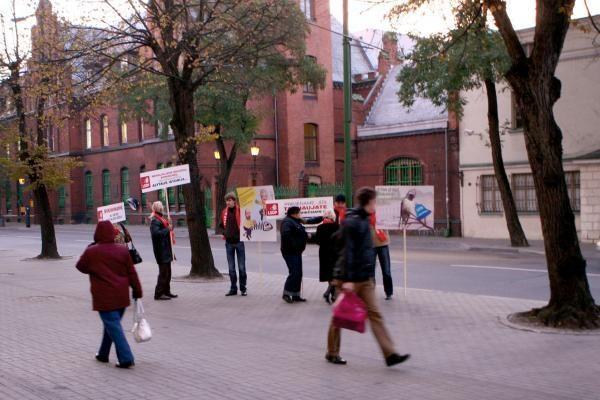 Piketuotojai pričiupo į darbą vėlavusį savivaldybės vadovą