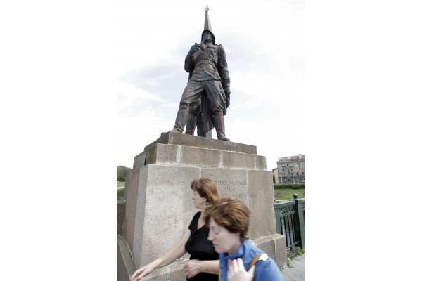 Žalio tilto skulptūras vėl nusiaubė vandalai