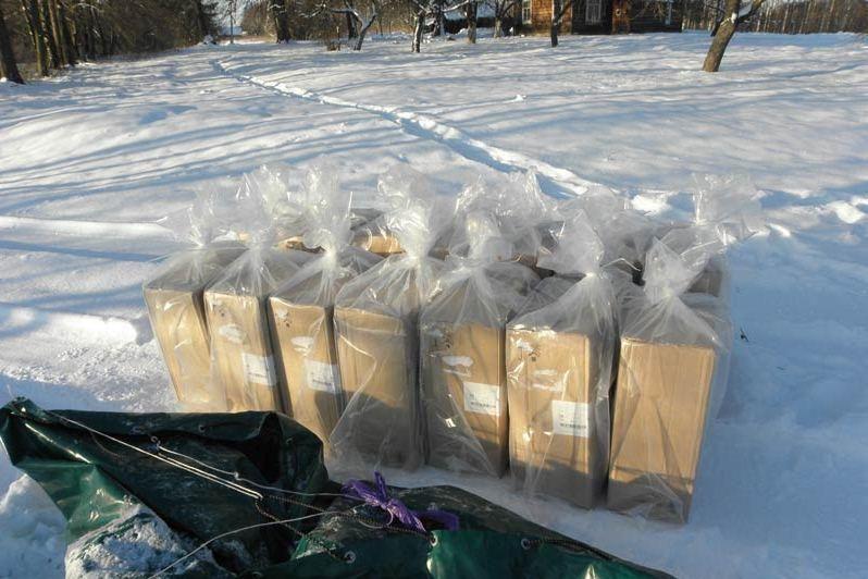 Kontrabandinės cigaretės užšalo upėje