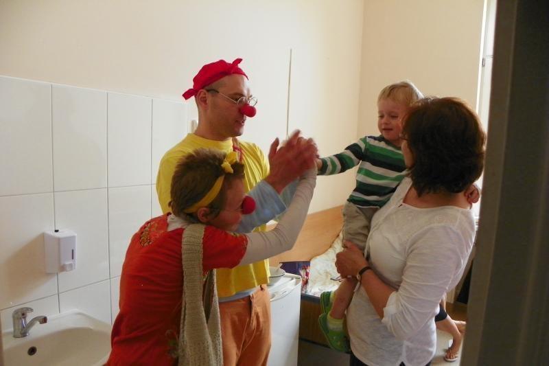 Mažiesiems ligoniukams nuotaiką praskaidrino klounai