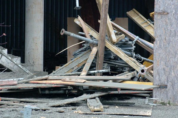 Šalia prekybos centro Karoliniškėse griuvo betonuojama perdanga, sužalota praeivė