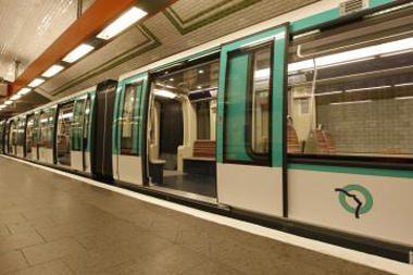 Raganos skrybėlė Londone sustabdė keturis metro traukinius