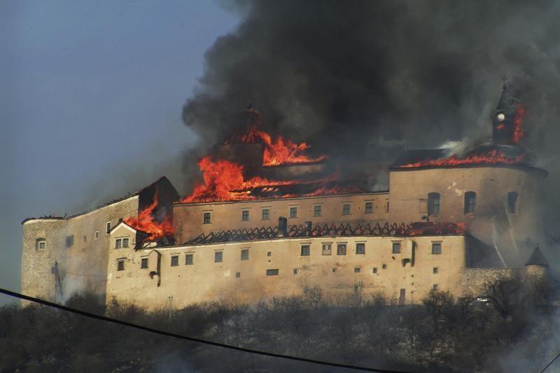 Slovakijoje parūkyti mėginę vaikai sukėlė gaisrą senovinėje pilyje