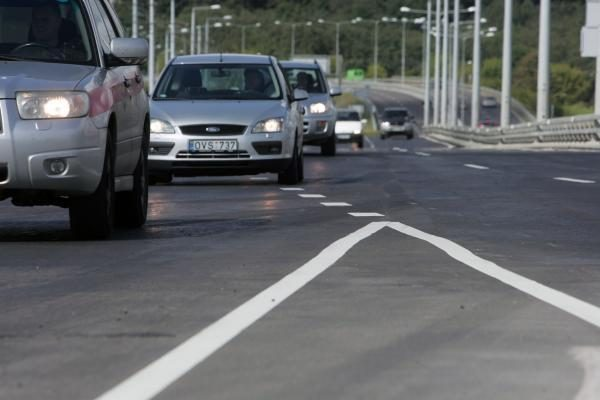 Lazdynų tiltas atidarytas, bet eismo trukdžiai Savanorių pr. liks