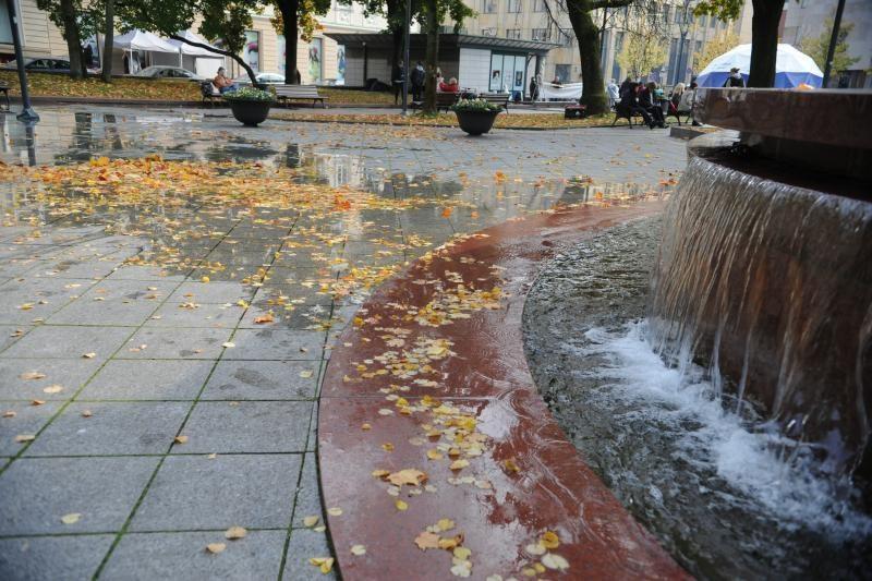 Vilniaus centre iš užsikimšusio fontano per kraštus liejosi vanduo