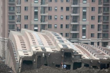 Kinijoje pastatas nuvirto nesubyrėjęs