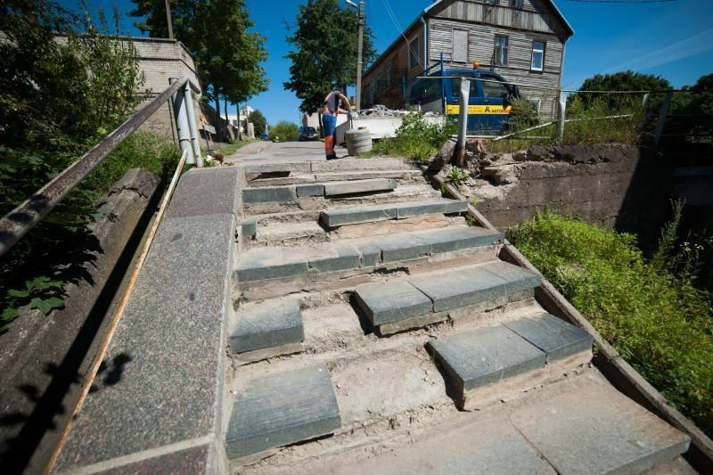 Gyventojų skundai buvo išgirsti – ištrupėję laiptai sulaukė remonto