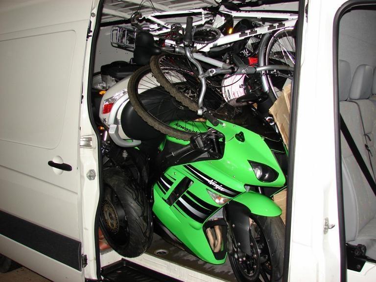Vogtu autobusu kaunietis gabeno vogtus motociklus ir dviračius