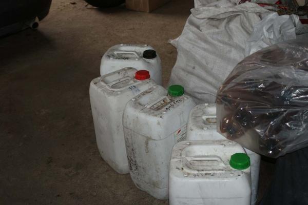 Ieškodami kontrabandos, aptiko naminės degtinės sandėlį