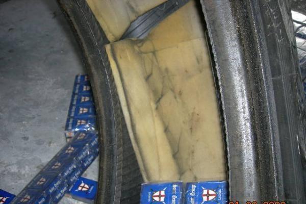 Cigarečių kontrabanda slėpta vilkiko ratuose