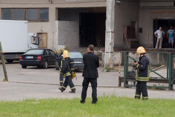 Spaudos rūmų stogą remontavę darbininkai sulaukė ugniagesių
