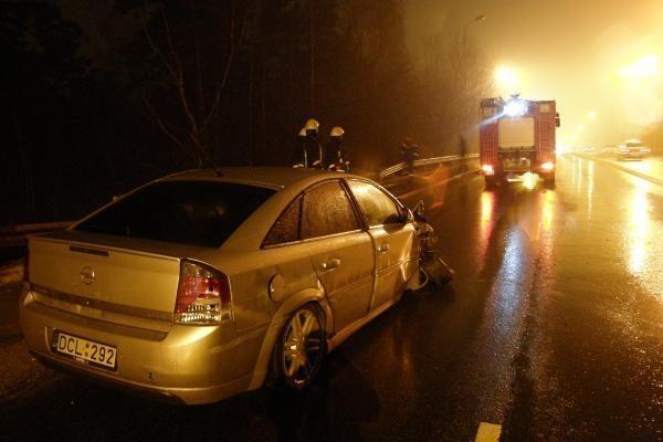 Po smūgio į stulpą vairuotoja pateko į ligoninę