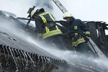 Priekulėje sudegė daugiabučio stogas