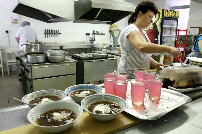 Prašymų nemokamai pietauti mokykloje – vis mažiau