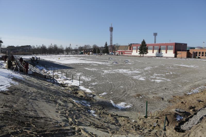 Vietoje ištryptos vejos - dirbtinės dangos futbolo aikštynas