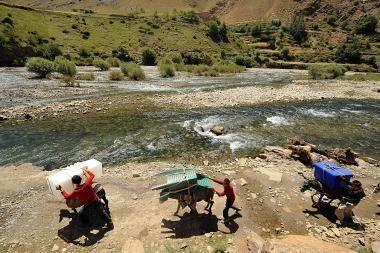Rinkimų biuletenius į Afganistano kaimus gabena tūkstančiai asilų