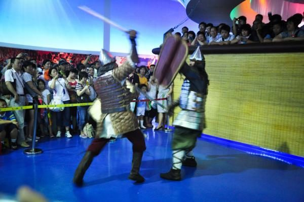 Šanchajuje kirviais ir kalavijais kaunasi Lietuvos kariai