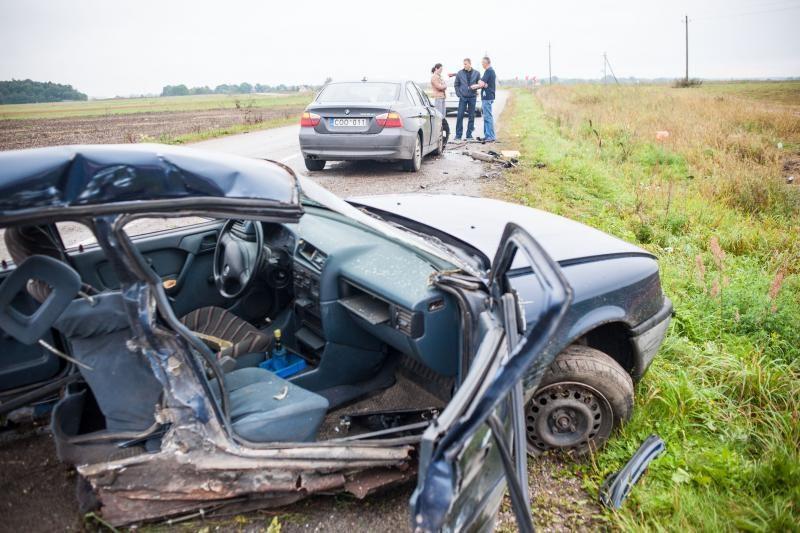 Iš sumaitotos mašinos ištrauktos 23 metų merginos būklė sunki
