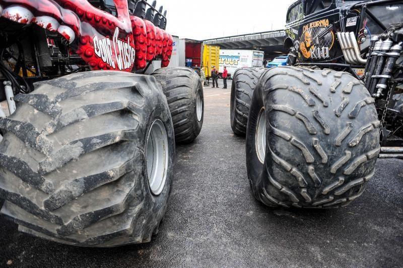 """Metų šou: monstrų lenktynės karo lauku virtusioje """"Žalgirio"""" arenoje"""