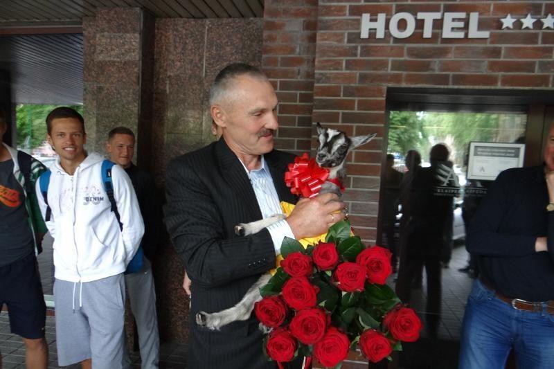Dovana 50-metį švenčiančiam V. Lekevičiui - ožkytė (foto)