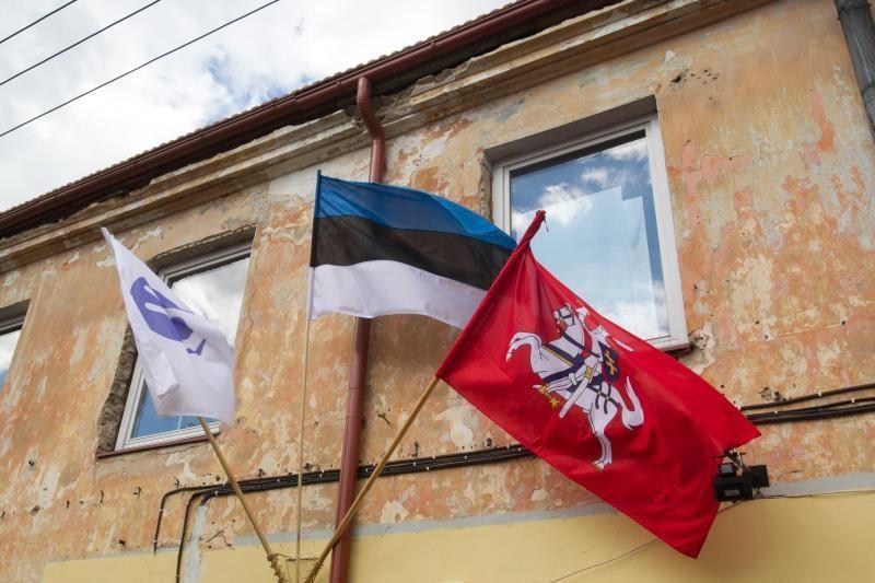 Užupyje iškilmingai atidengta Konstitucija estų kalba