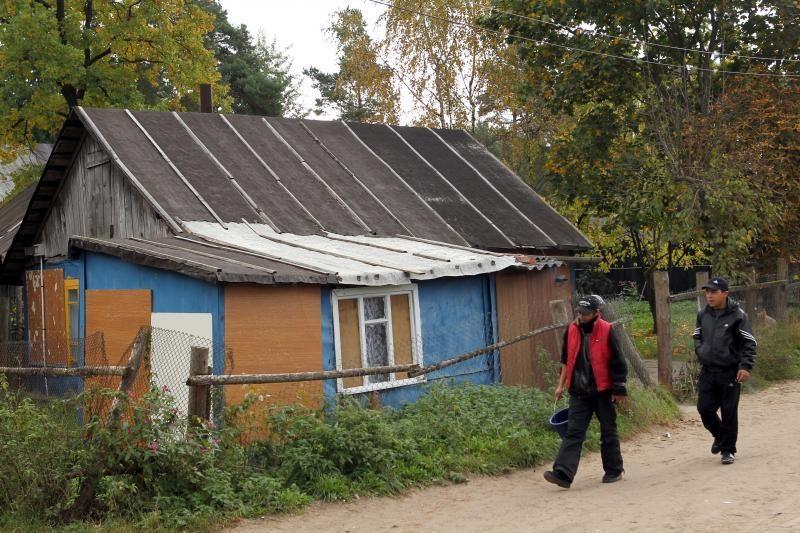 Čigonų taboro gyventoja užklupta į slėptuvę dedanti narkotikus