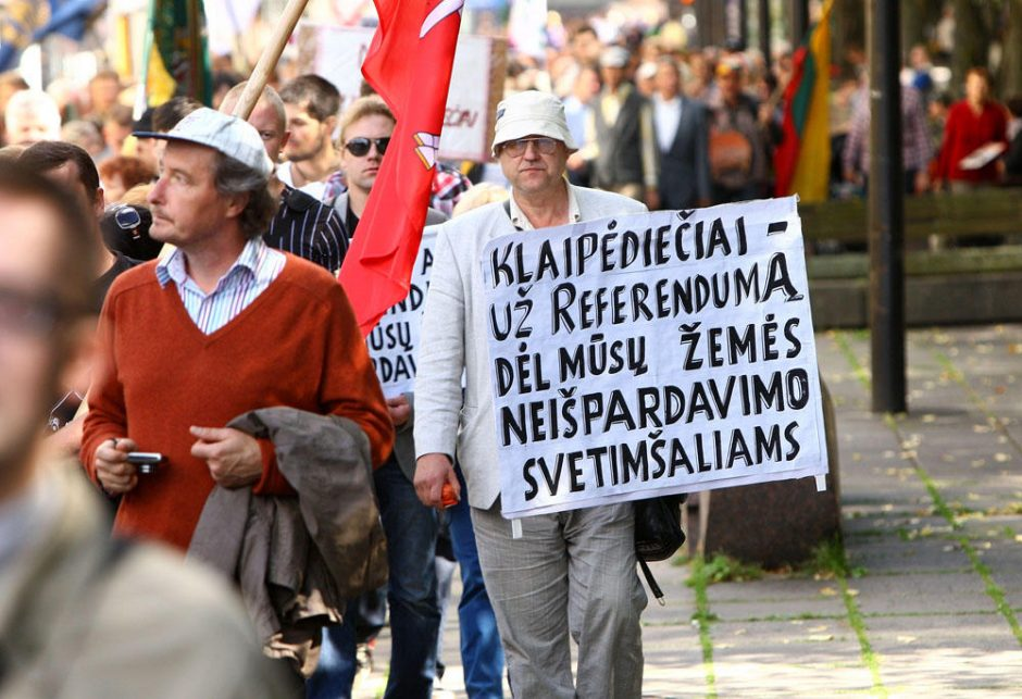 Kaune aidėjo protestai dėl žemės pardavimo užsieniečiams