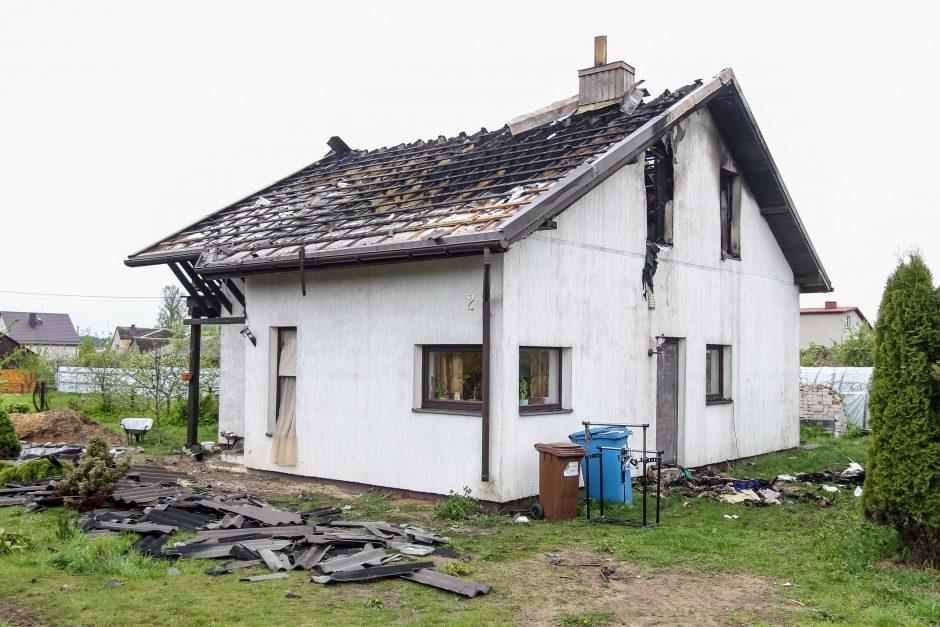 Tragedija Karmėlavoje: tėvas šovė į dukrą, jos sugyventinį, padegė namą ir nusižudė
