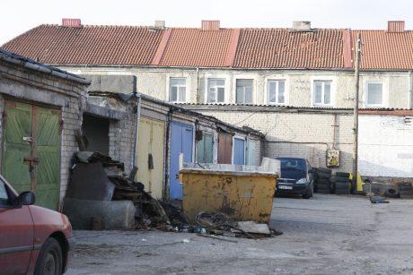 Iš apleistų pastatų veja su pagaliais