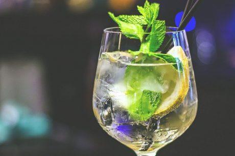 Nealkoholinių gėrimų mada: jau pasiūlė vyno ir džino skonių gėrimus