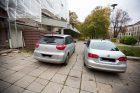 Automobiliai ant šaligatvių
