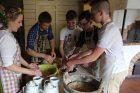 Ukrainiečių vaikai kepė lietuvišką duoną