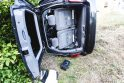 Po smūgio automobilis rėžėsi į namą: sužeisti trys žmonės