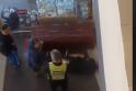 Šokiravo apsaugos darbuotojų elgesys: po smūgių vaikinas liko gulėti ant grindų