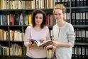 Kitaip: G.Mačienė (kairėje) ir D.Bieliūnaitė (D.B.) įstikinusios – muziejaus erdvėje mokiniai gali puikiai įsisavinti kai kurių pamokų medžiagą.