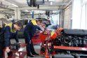 Klaipėdos paslaugų ir verslo mokyklos ruošiami automobilių mechanikai savo įgūdžius tobulina praktinio mokymo centre.