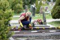 Pasiruošimas: prieš Motinos dieną žmonės skuba sutvarkyti artimųjų kapus.